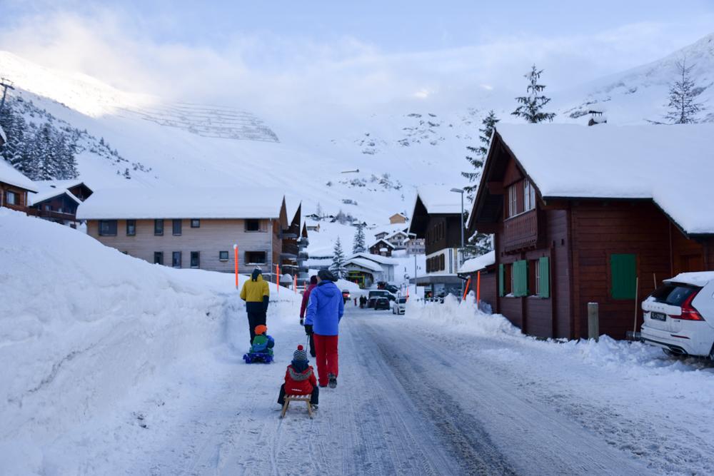 Winterurlaub Malbun Liechtenstein zu Fuss unterwegs im Dorf