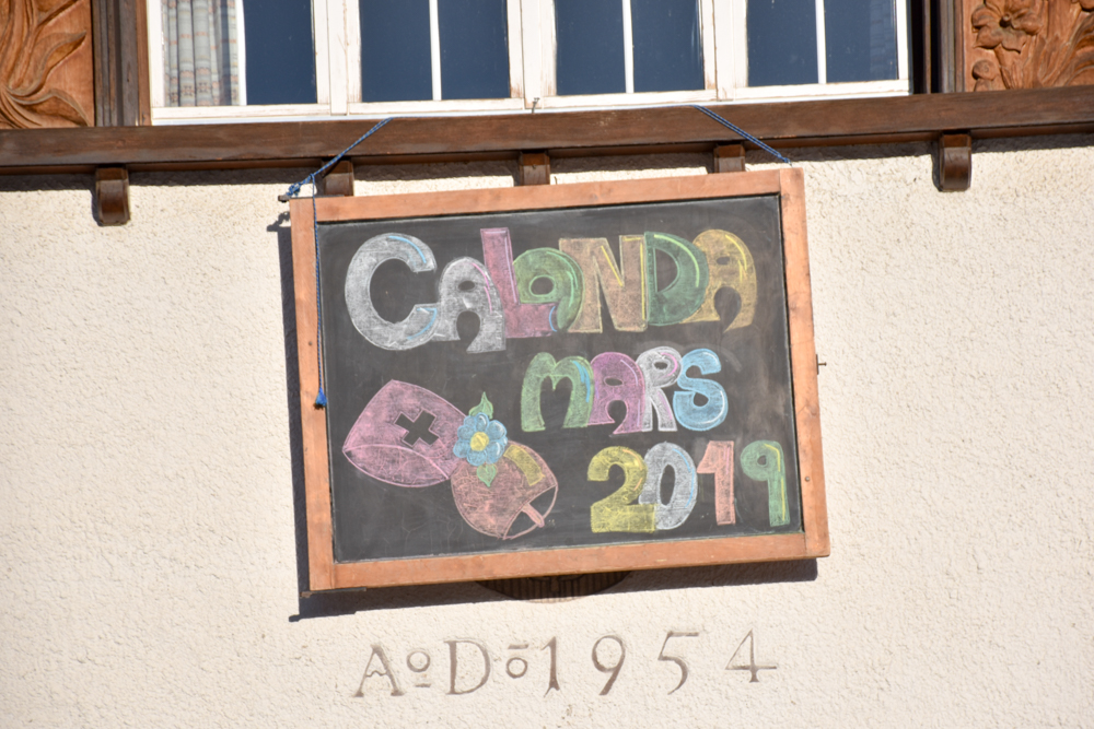 Calonda Mars Savognin Graubünden Schweiz Schild beim Schulhaus