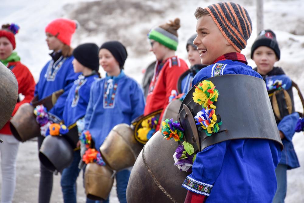 Calonda Mars Savognin Graubünden Schweiz Schulkinder mit Glocken