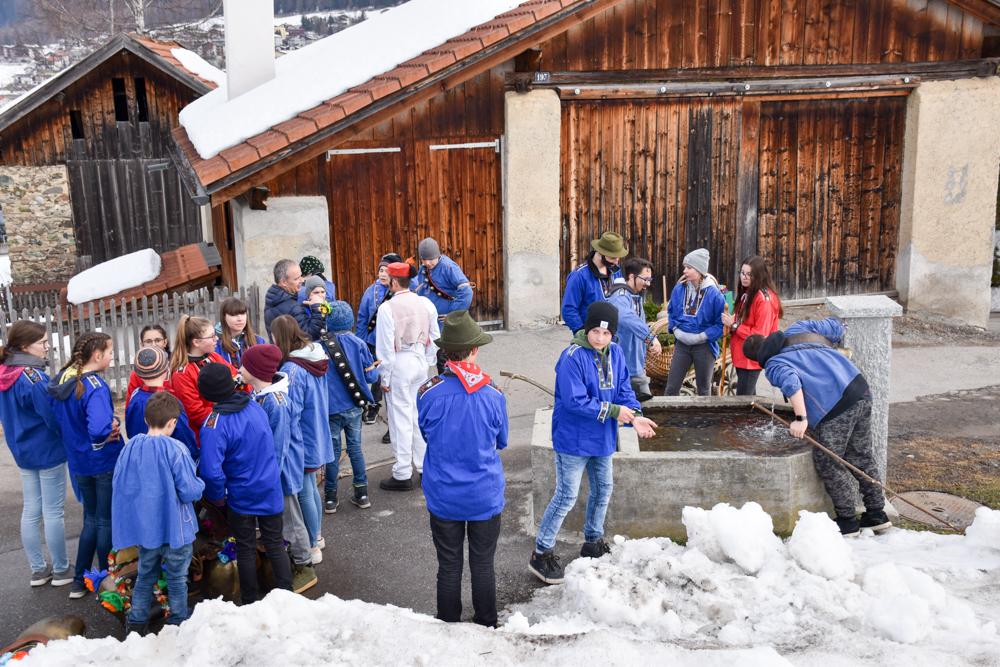 Calonda Mars Savognin Graubünden Schweiz Trinkpause beim Dorfbrunnen