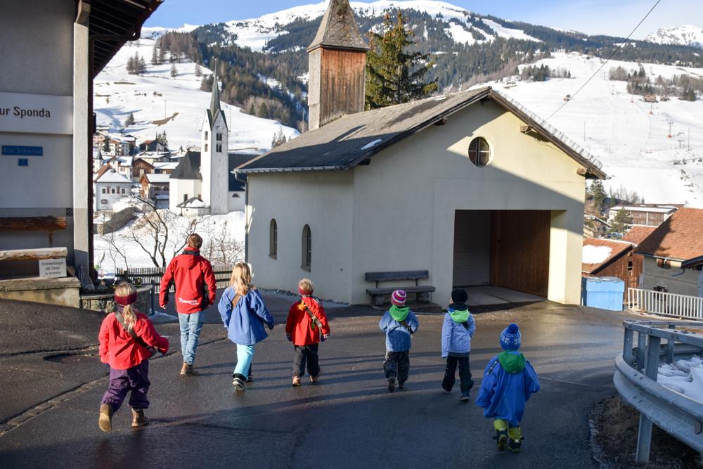 Calonda Mars Savognin Graubünden Schweiz auf dem Weg zum Schulhaus