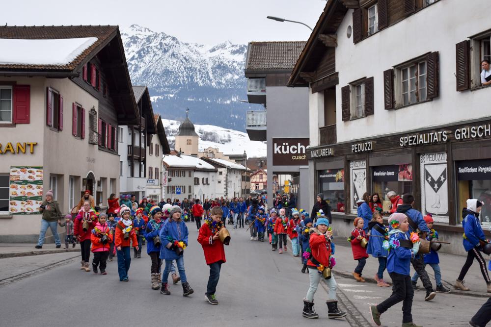 Calonda Mars Savognin Graubünden Schweiz der Umzug geht durch die Hauptstrasse