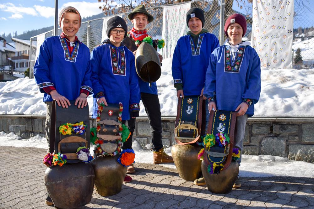 Calonda Mars Savognin Graubünden Schweiz stolze Schüler mit ihren geschmückten Glocken
