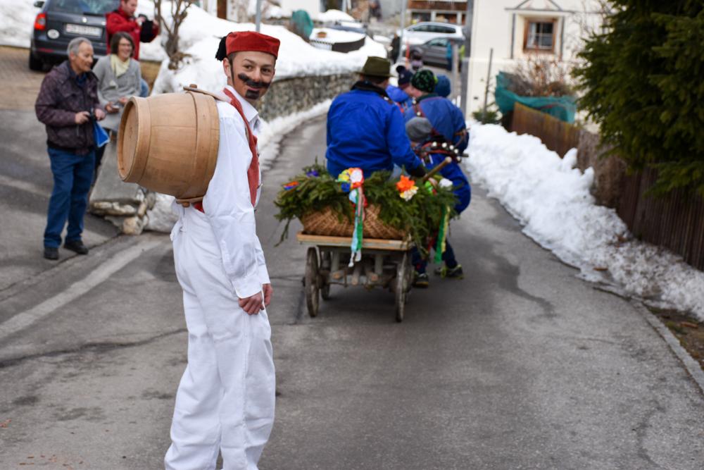 Calonda Mars Savognin Graubünden Schweiz weiss eingekleideter Schüler hinter Wagen