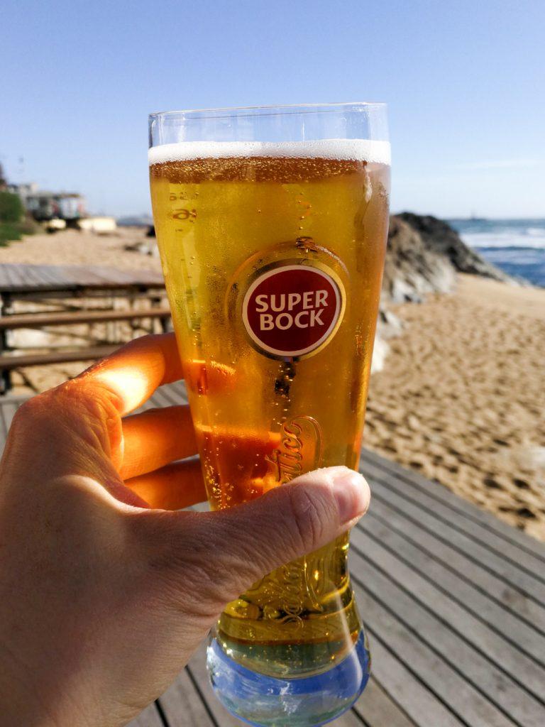 Porto Fahrradtour ans Meer Bier trinken im Praia da Luz