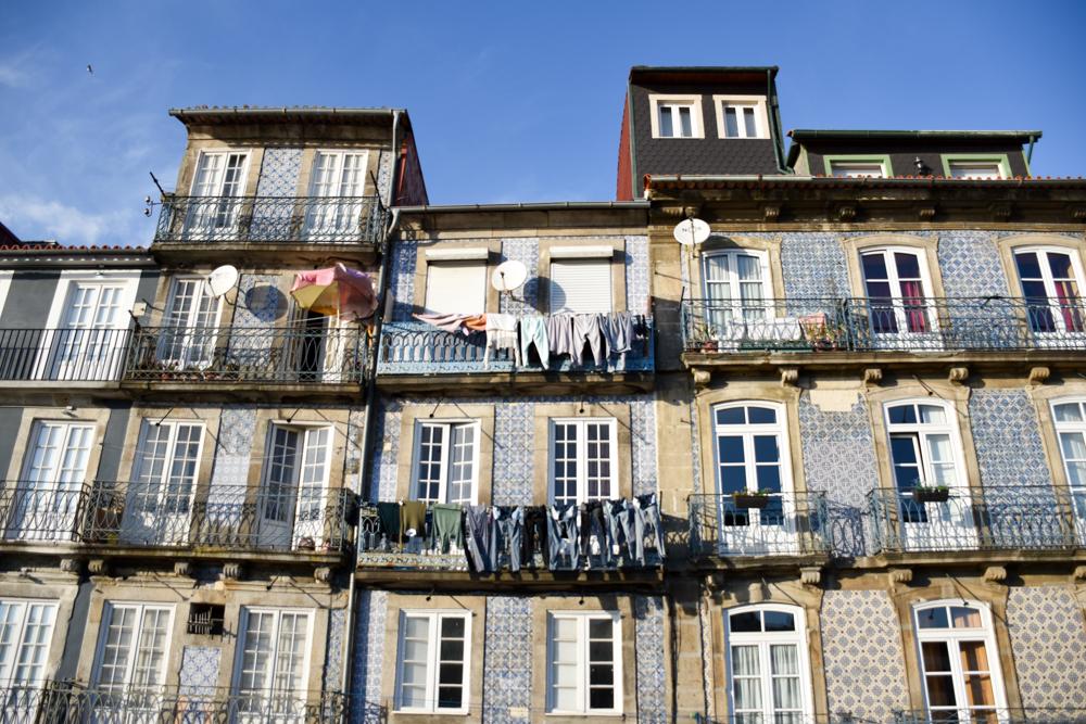 Porto Fahrradtour ans Meer hübsche Häuserfronten am Ufer des Douro