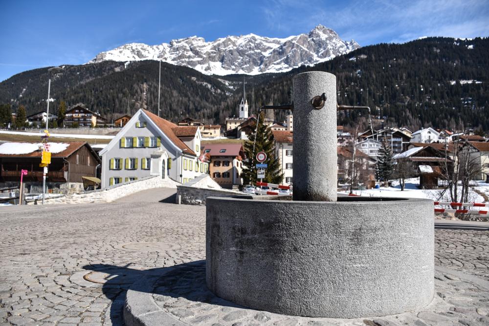 Winterferien Savognin Bivio Albula mit der Familie Dorfbrunnen in Savognin