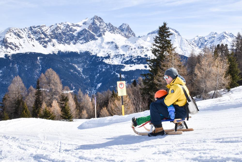 Winterferien Savognin Bivio Albula mit der Familie Schlittenfahren mit Kind Savognin