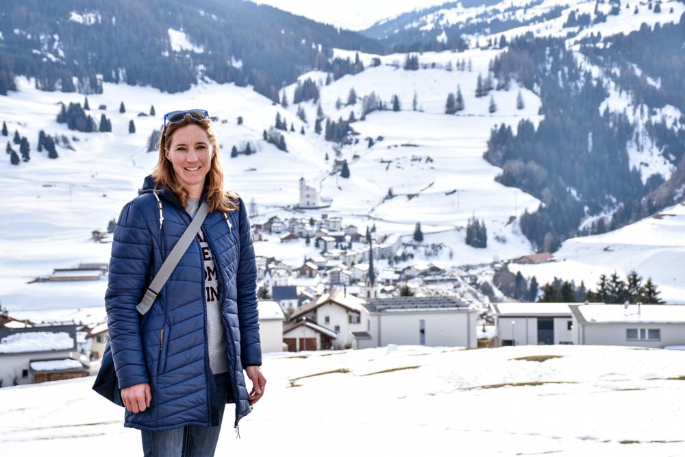 Winterferien Savognin Bivio Albula mit der Familie Travel Sisi geniesst die Aussicht in Savognin