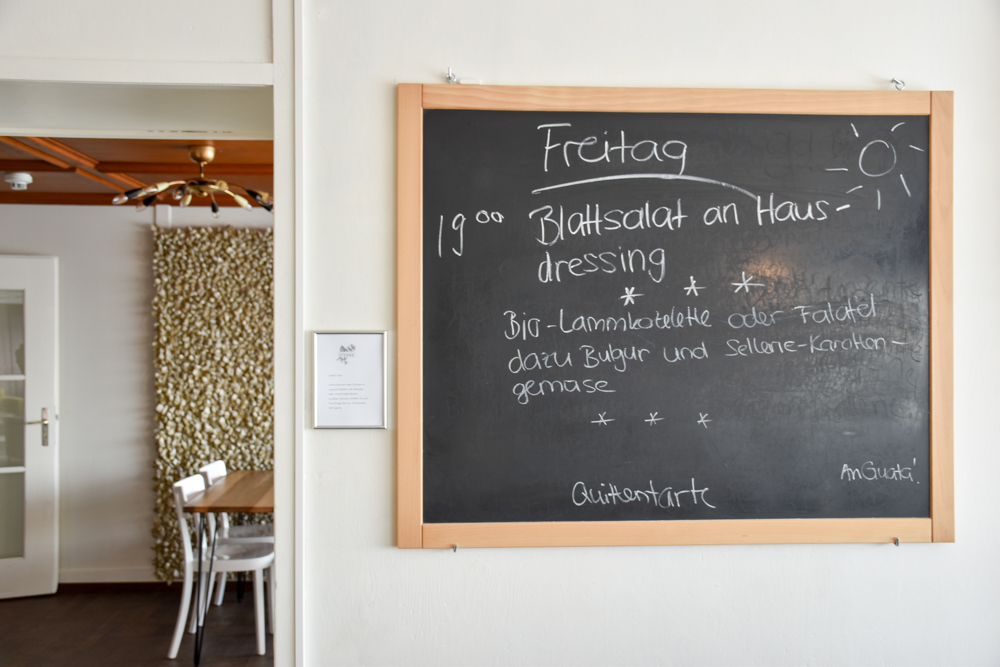 Yoga Retreat Feldis Graubünden Schweiz Abendessen im Berghotel Sterna