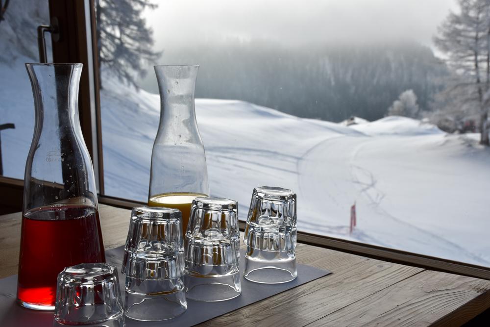 Yoga Retreat Feldis Graubünden Schweiz Frühstückssaft mit Ausblick