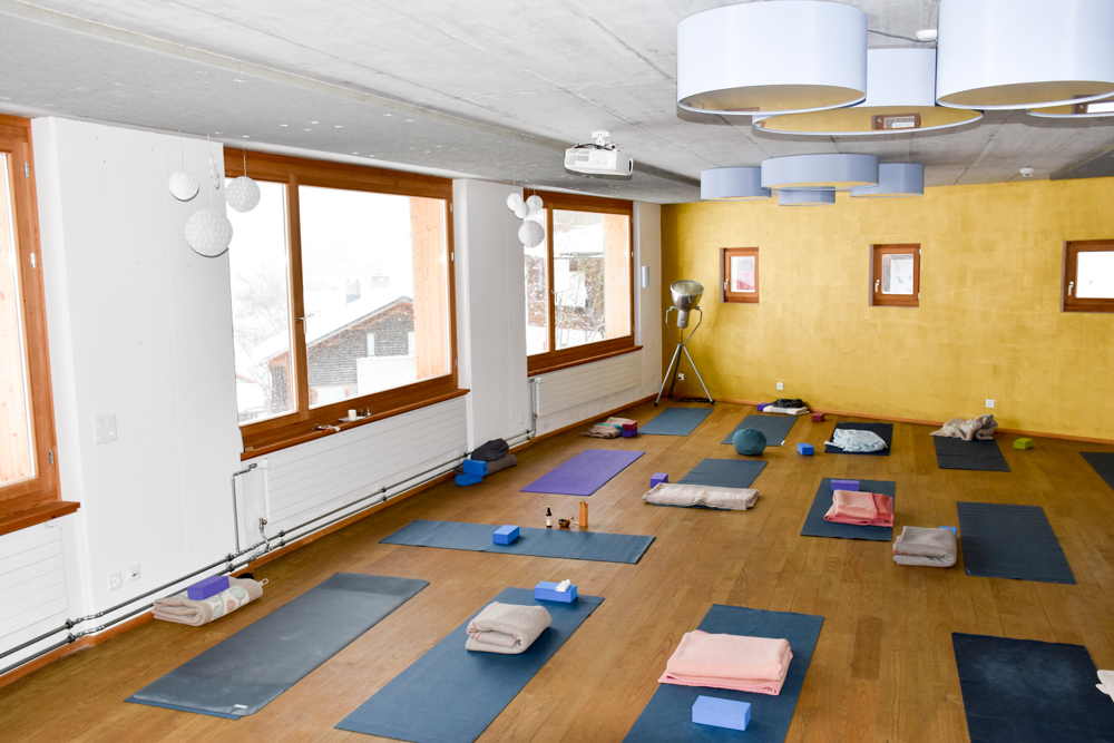 Yoga Retreat Feldis Graubünden Schweiz Yogaraum Berghotel Sterna