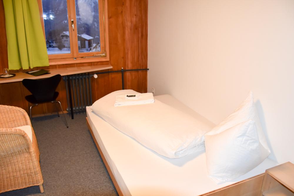 Yoga Retreat Feldis Graubünden Schweiz Einzelzimmer Berghotel Sterna