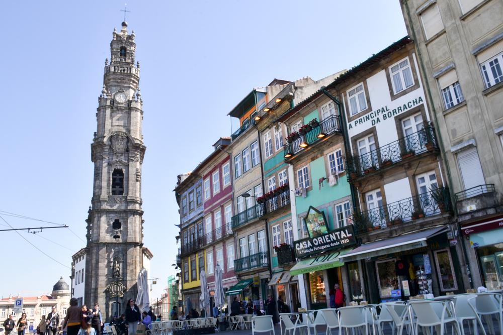 Porto Reisetipps Sehenswürdigkeiten Restaurants schöne Häuser vor dem Torre dos Clerigos