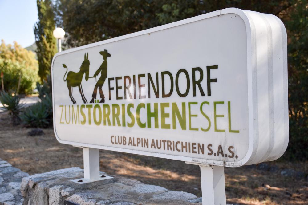 Hoteltipp Korsika Feriendorf zum störrischen Esel Calvi Schild