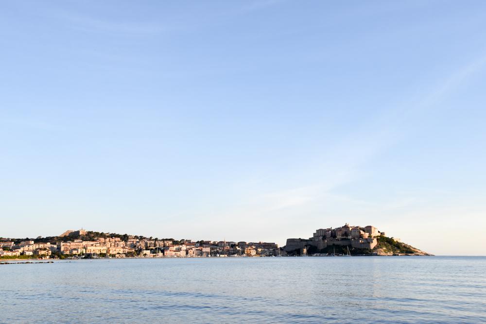 Hoteltipp Korsika Feriendorf zum störrischen Esel Calvi Blick über das Meer auf die Stadt