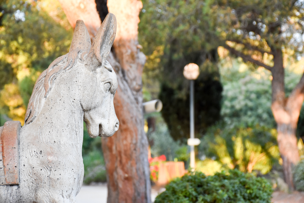 Hoteltipp Korsika Feriendorf zum störrischen Esel Calvi Eselstatue