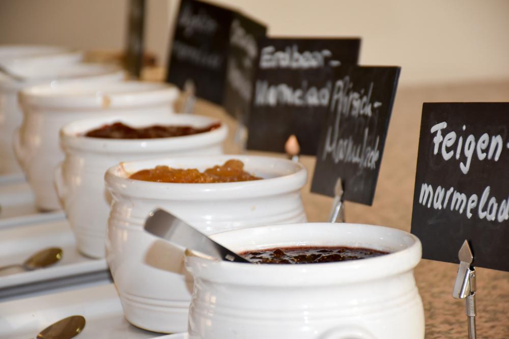 Hoteltipp Korsika Feriendorf zum störrischen Esel Calvi Marmeladen zum Frühstück