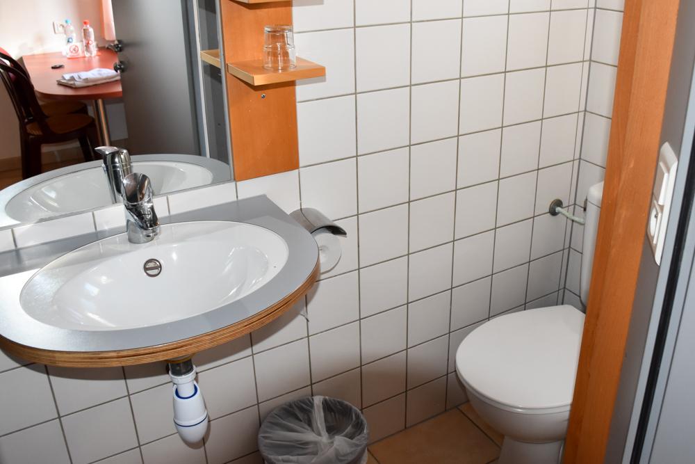 Hoteltipp Korsika Feriendorf zum störrischen Esel Calvi einfaches Badezimmer