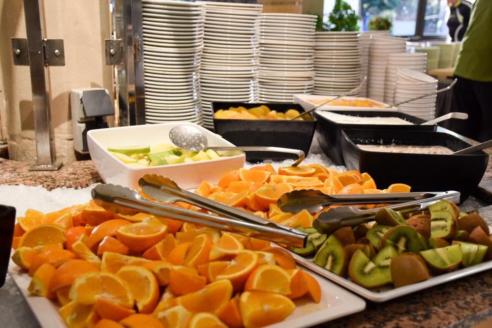 Hoteltipp Korsika Feriendorf zum störrischen Esel Calvi frische Früchte zum Frühstück