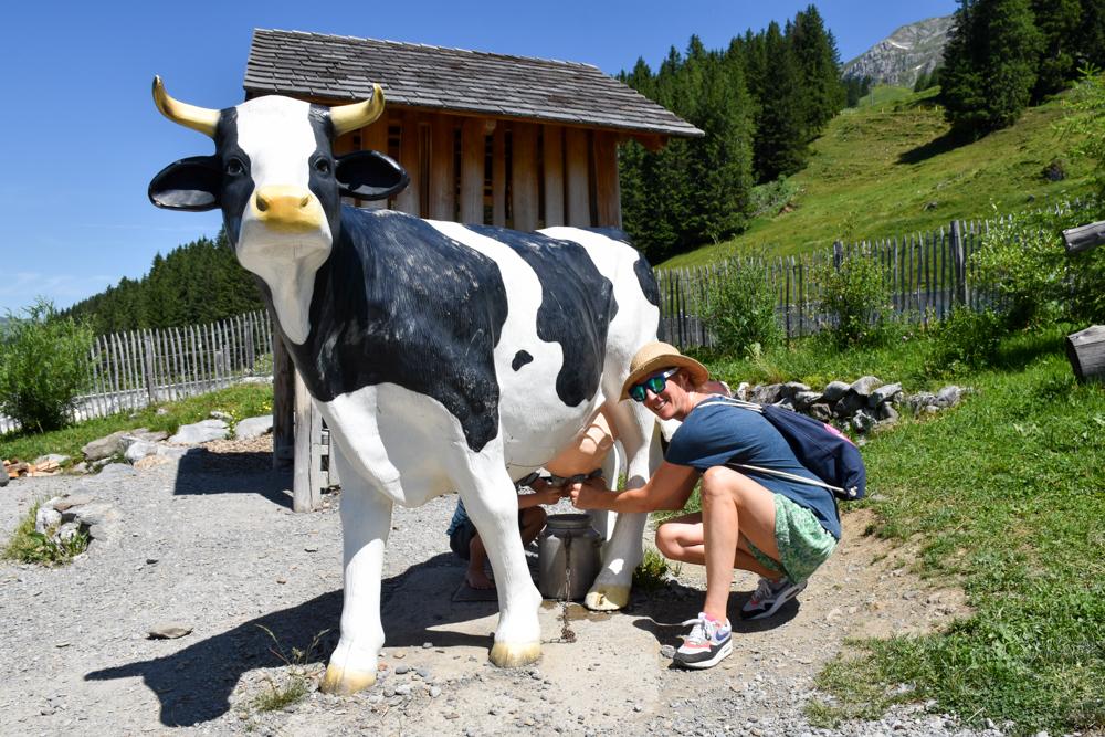 Familienausflug Engelberg Brunni Schweiz Kuh melken auf Globis Alpenspielplatz