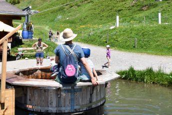 Familienausflug Engelberg Brunni Schweiz Travel Sisi und kleiner Globetrotter beim Kitzelpfad am Härzlisee