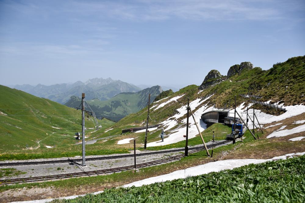 Familienausflug Rochers-de-Naye Montreux Schweiz der Goldenpass fährt ein