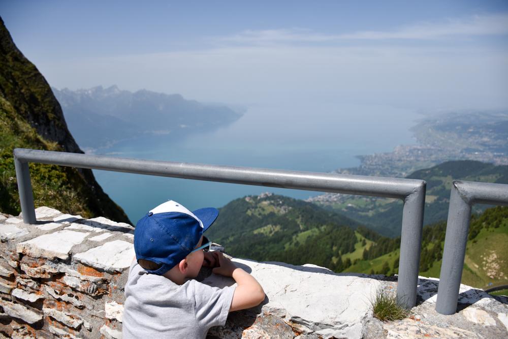 Familienausflug Rochers-de-Naye Montreux Schweiz der kleine Globetrotter geniesst die Aussicht auf den Genfersee