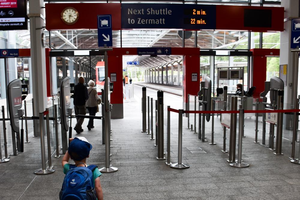 Familienweekend Zermatt Wallis Schweiz Shuttle vom Matterhorn Terminal Täsch