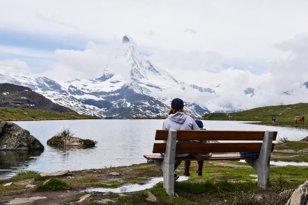Familienweekend Zermatt Wallis Schweiz Travel Sisi und kleiner Globetrotter bestaunen das Matterhorn am Stellisee