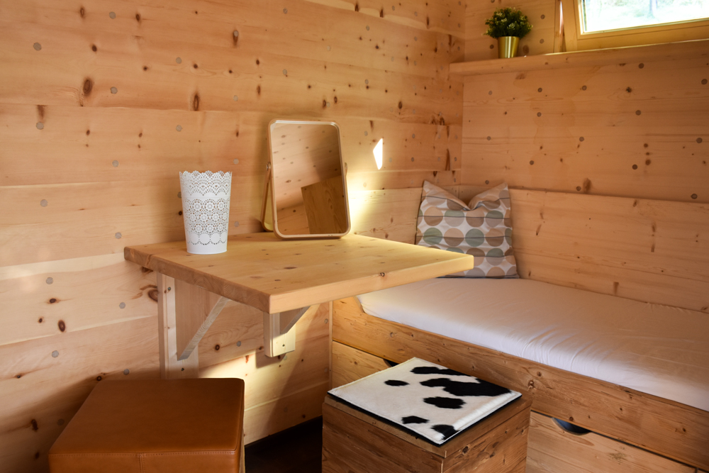 Glamping Eschenz Thurgau Schweiz ZINIPI Lodge Sitzmöglichkeit