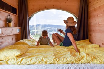 Glamping Eschenz Thurgau Schweiz ZINIPI Lodge Travel Sisi und kleiner Globetrotter geniessen die Aussicht