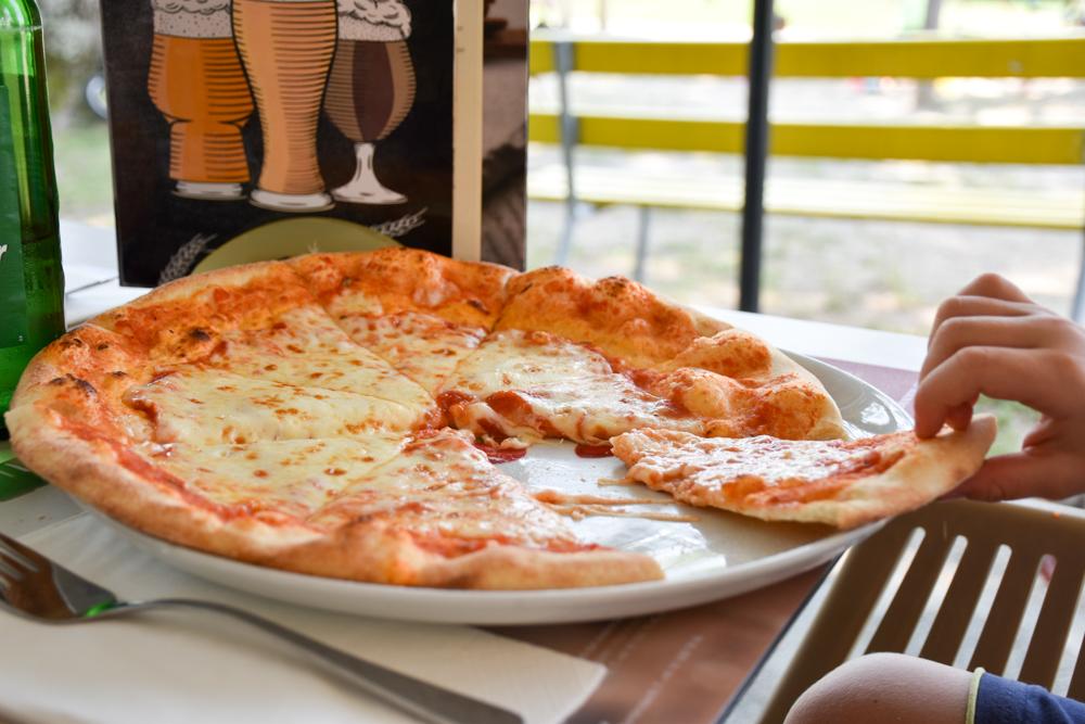 Glamping Lugano Schweiz Safarizelt Deluxe TCS Campingplatz Pizza im Restaurant