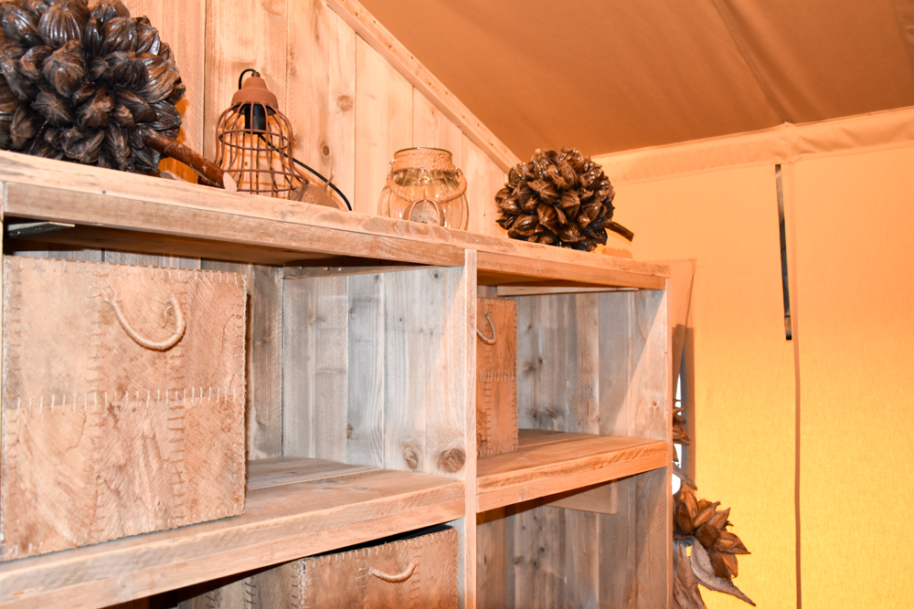 Glamping Lugano Schweiz Safarizelt Deluxe TCS Campingplatz Regal im Schlafzimmer