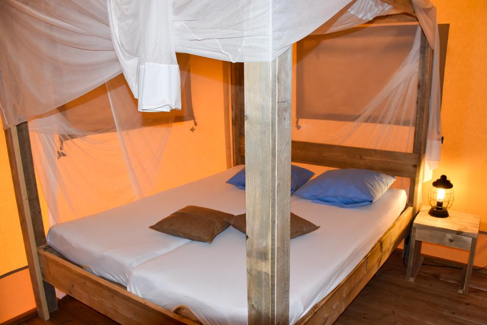 Glamping Lugano Schweiz Safarizelt Deluxe TCS Campingplatz Schlafzimmer