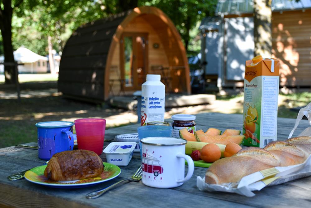 Glamping Sion Wallis Schweiz TCS Campingplatz Frühstück beim Pod