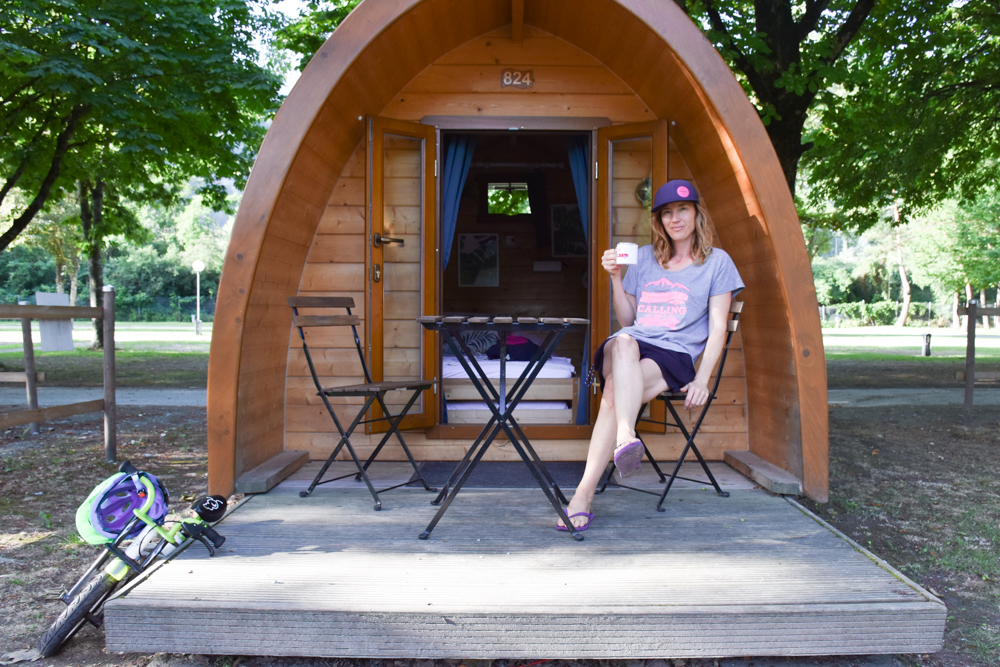Glamping Sion Wallis Schweiz TCS Campingplatz Travel Sisi vor dem Pod