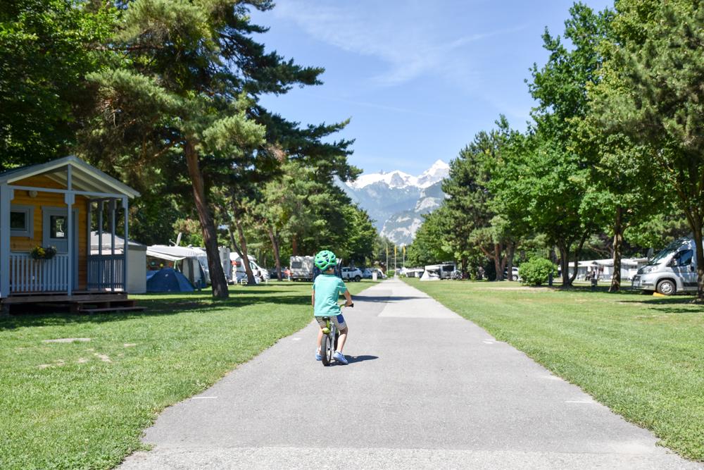 Glamping Sion Wallis Schweiz TCS Campingplatz Velo fahren auf dem Gelände
