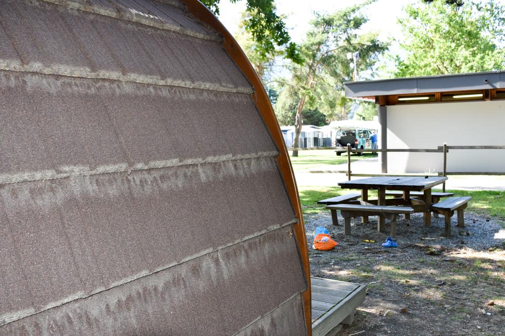 Glamping Sion Wallis Schweiz TCS Campingplatz grosser Tisch vor dem Pod und Sanitärgebäude