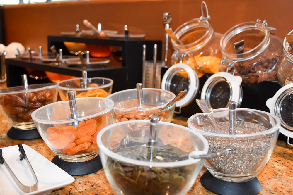 Hoteltipp Neuchatel Schweiz Best Western Premier Hotel Beaulac Müesliauswahl beim Frühstück