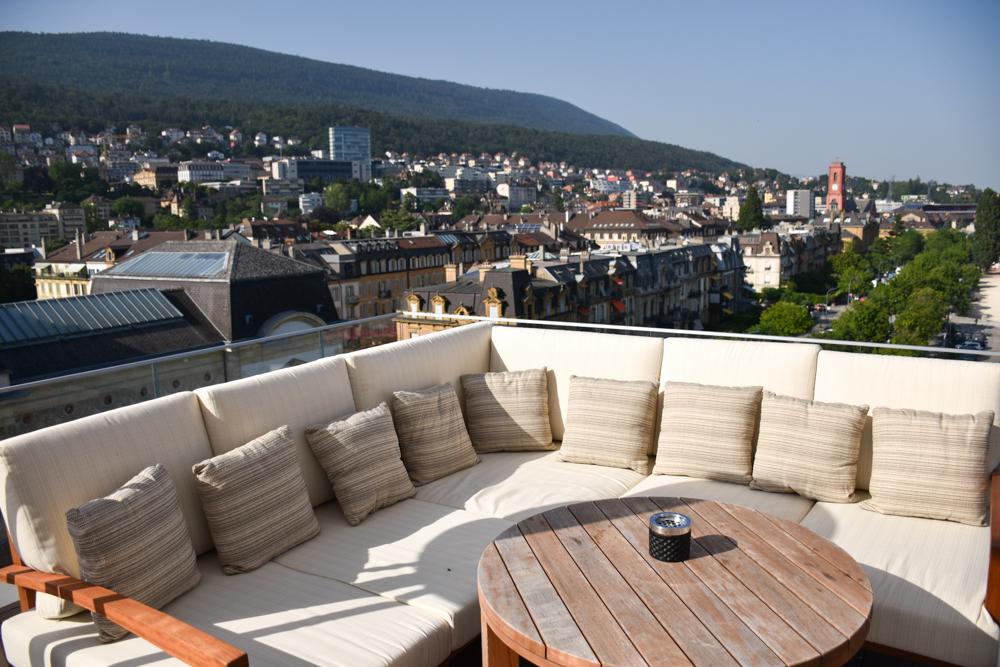 Hoteltipp Neuchatel Schweiz Best Western Premier Hotel Beaulac Waves Bar mit Blick auf die Stadt