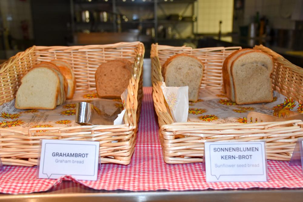 Unterkunft St. Moritz Engadin Schweizer Jugendherberge Brot zum Frühstück