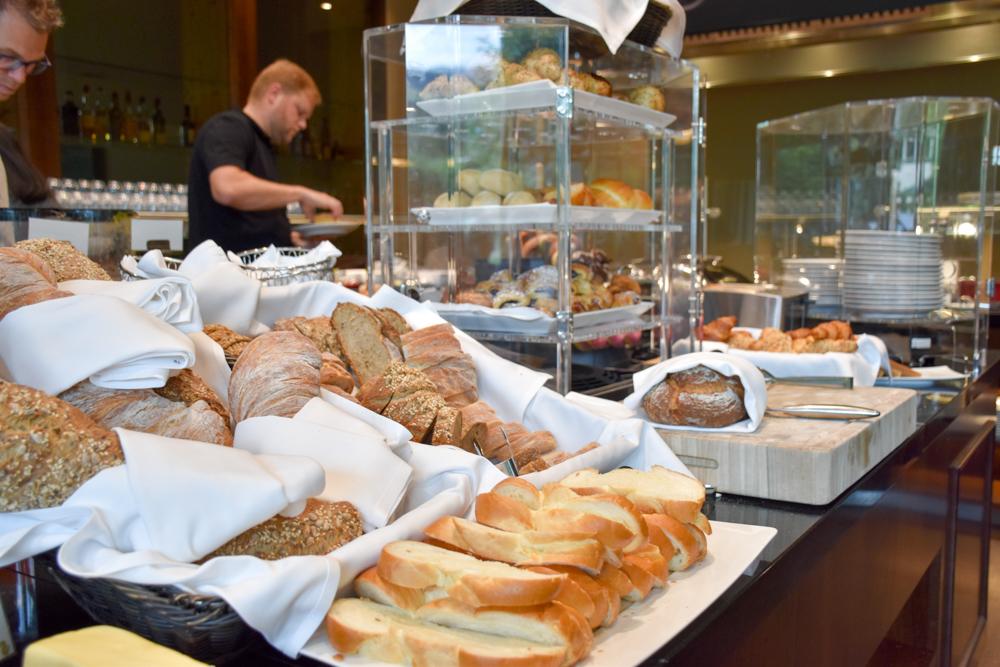 Kitchen Party im Waldhaus Flims Graubünden Schweiz Brotauswahl beim Frühstücksbuffet