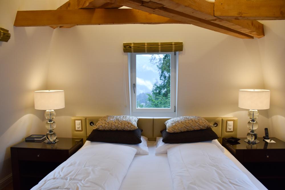 Kitchen Party im Waldhaus Flims Graubünden Schweiz Zimmer in der Villa Silvana mit Dachbalken