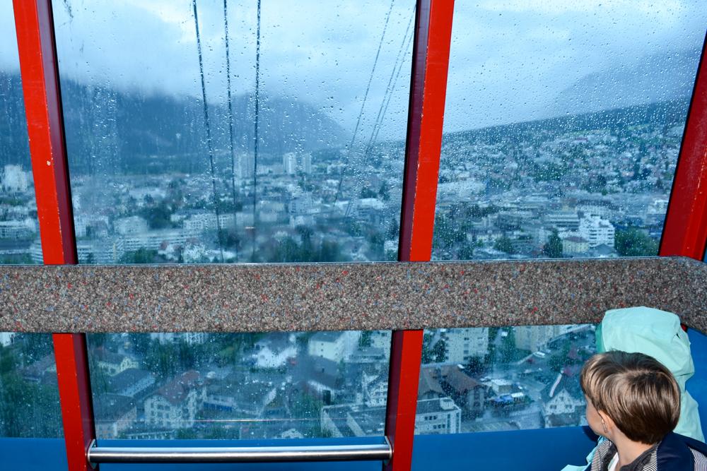 Schlammspielplatz Brambrüesch Chur Graubünden Schweiz Blick auf Chur von der Gondel