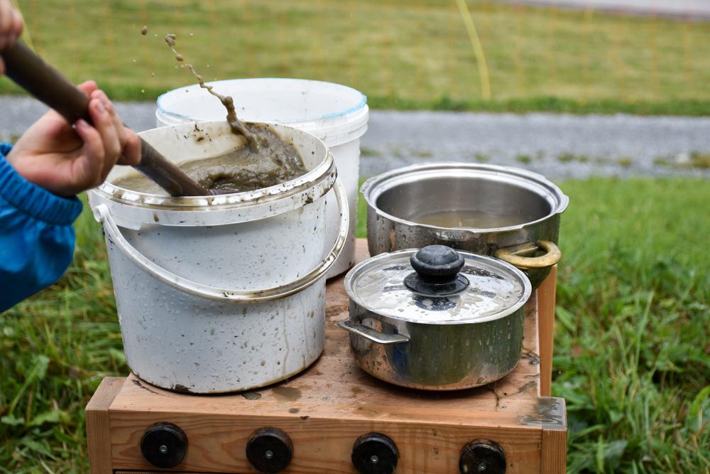 Schlammspielplatz Brambrüesch Chur Graubünden Schweiz Kochen auf dem Herd