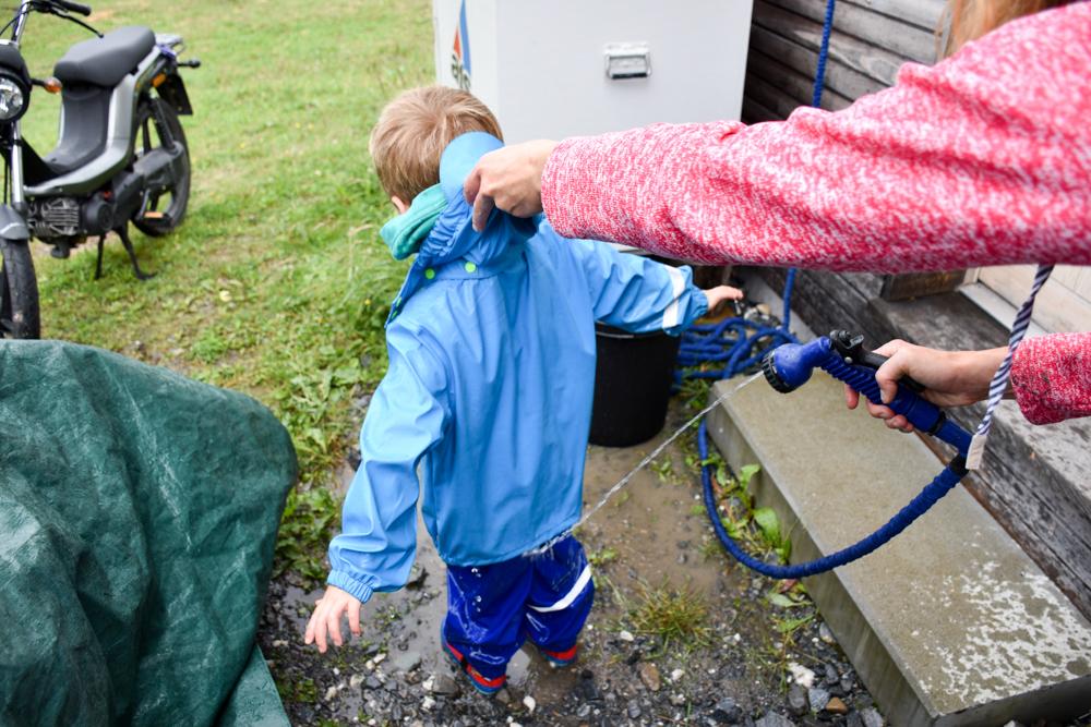 Schlammspielplatz Brambrüesch Chur Graubünden Schweiz Regenkleidung waschen