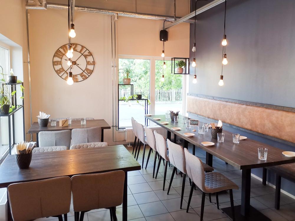Estland Road Trip Reisetipps Route Highlights stylisches Restaurant in Pärnu