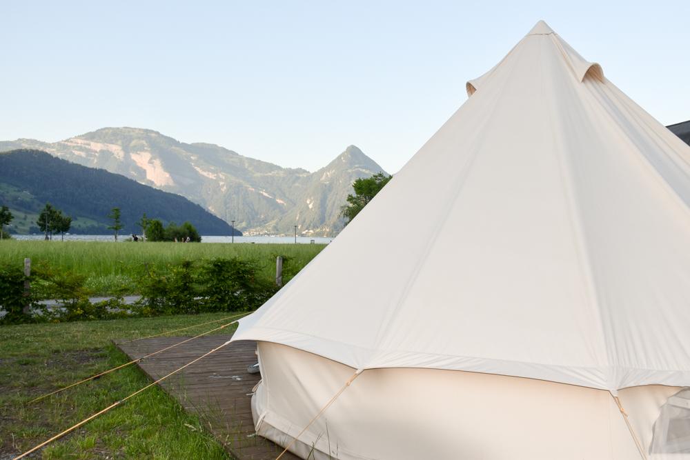 Glamping Buochs Vierwaldstättersee Schweiz TCS Campingplatz Blick vom Nomadenzelt auf den See