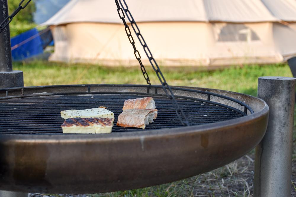 Glamping Buochs Vierwaldstättersee Schweiz TCS Campingplatz Grillstelle neben dem Nomadenzelt